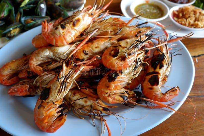 Crevette grillée avec de la sauce épicée, fruits de mer photo libre de droits