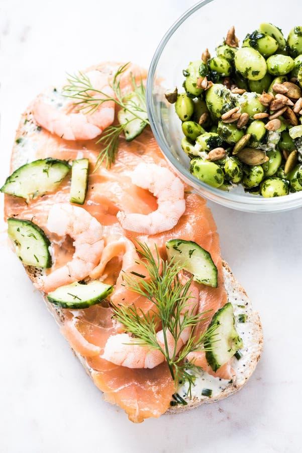 Crevette rose et sandwich et salade à saumons photographie stock libre de droits