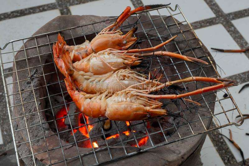 Crevette rose grillée sur le feu photo libre de droits