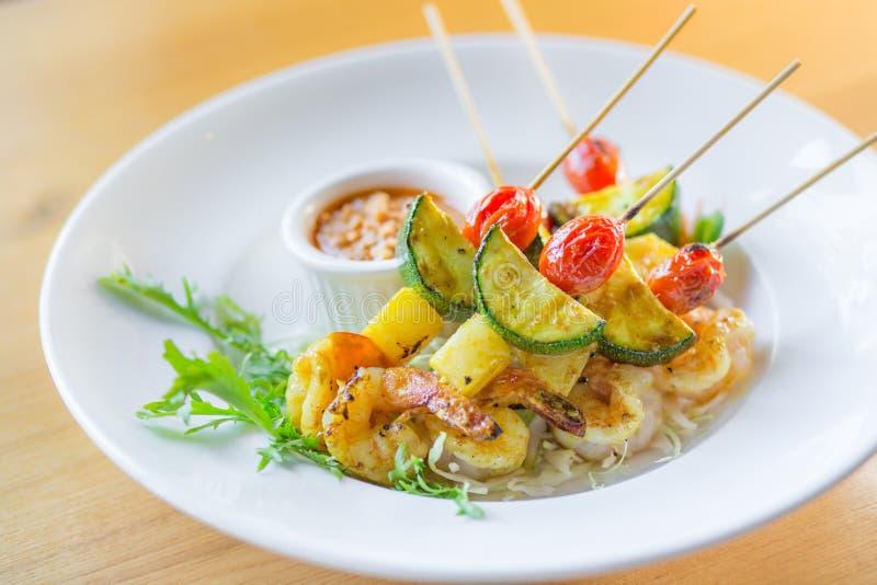 crevette thaïlandaise de BBQ avec de la sauce à arachide image stock
