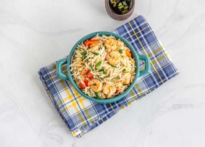 Crevettes chinoises Légumes de riz frit dans un pot en casserole image stock