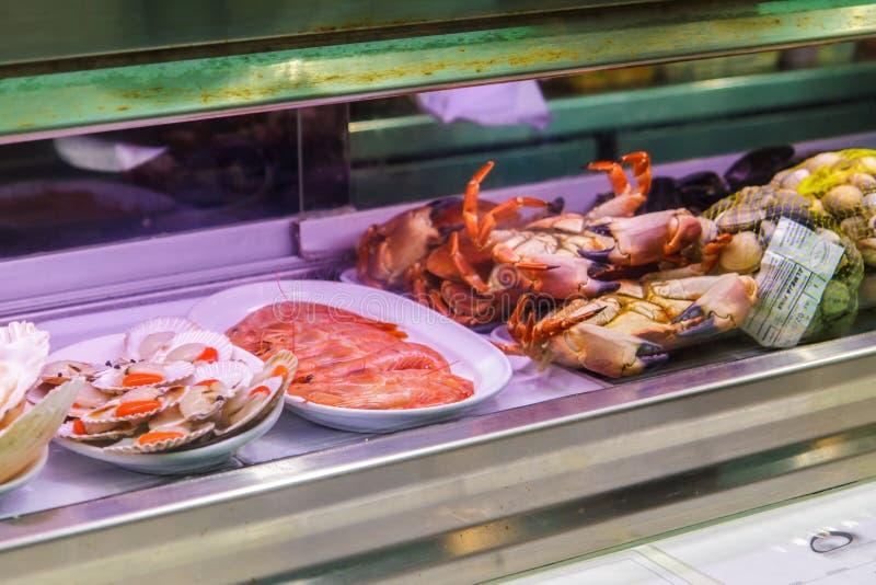 Crevettes, crabes et mollusques et crustacés dans la fenêtre de boutique Majorque, Espagne image stock