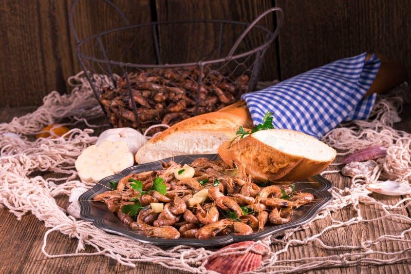 Crevettes de la Mer du Nord avec l'ail photographie stock libre de droits