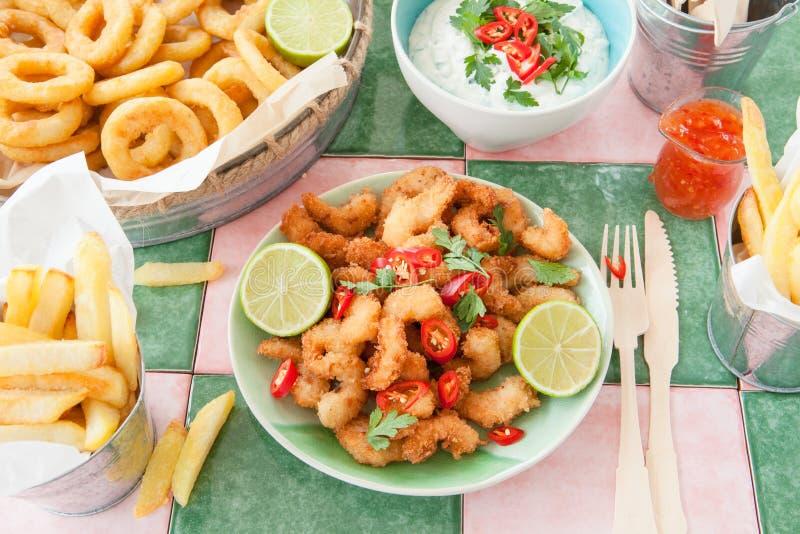 Crevettes et anneaux frits de calmar photo libre de droits