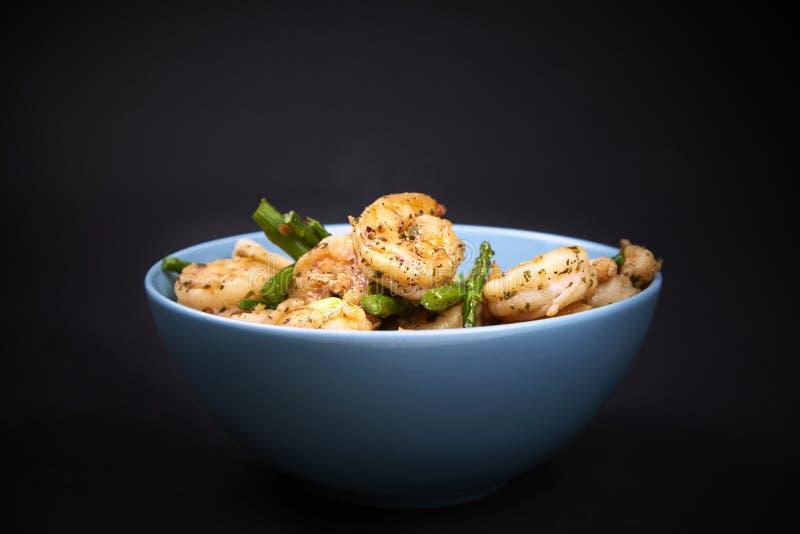 Crevettes et asperge frites dans une cuvette photo libre de droits