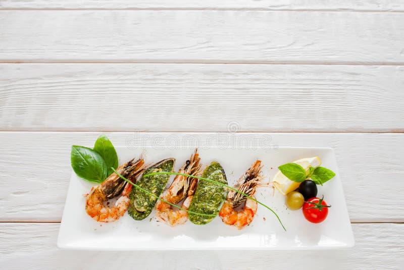 Crevettes et moules grillées sur le fond blanc photographie stock libre de droits