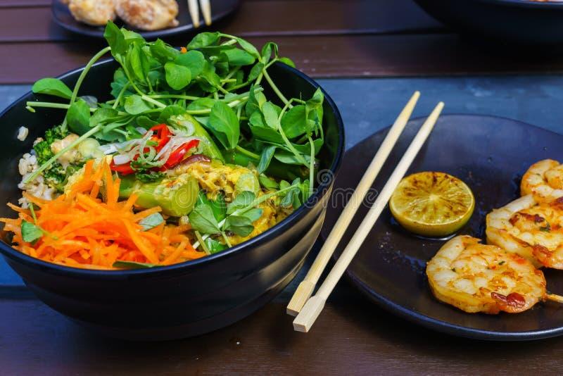Crevettes fraîches, frites sur la nourriture thaïlandaise de style de brochettes photographie stock