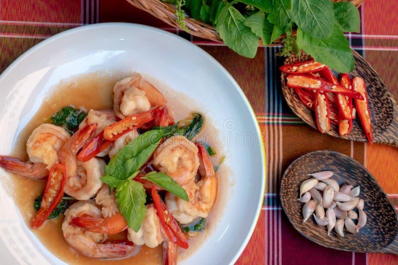 Crevettes frites avec des feuilles de basilic doux, nourriture thaïlandaise épicée photographie stock