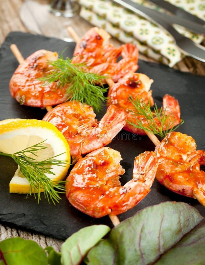 Crevettes grillées de tigre avec épicé et le citron image stock