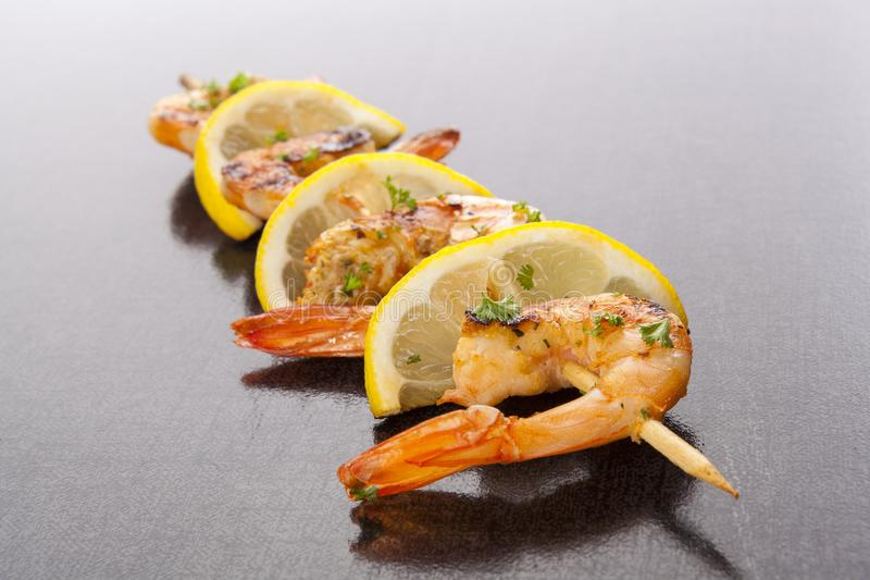 Crevettes grillées sur la brochette photo stock