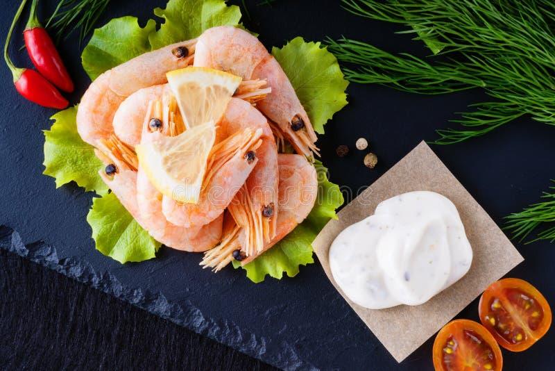 Crevettes, légumes et mayonnaise photo stock