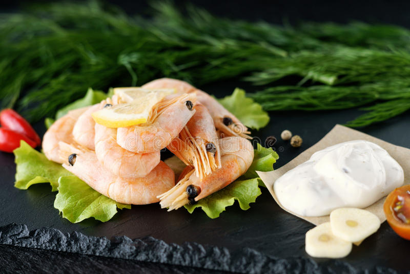 Crevettes, légumes et sauce photos libres de droits