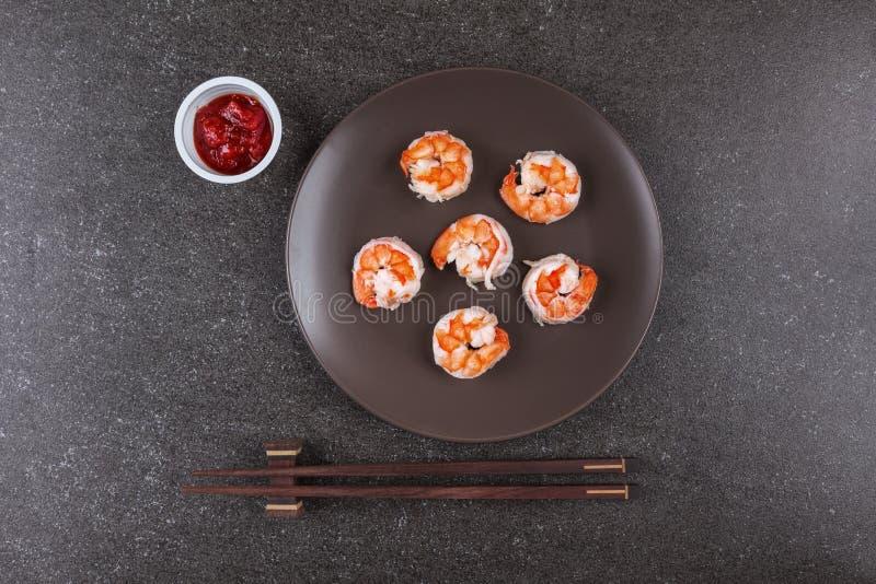 Crevettes rôties servies du plat photo libre de droits