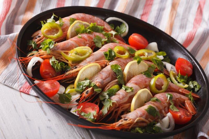 Crevettes roses bouillies avec des piments, des herbes et des légumes en gros plan horizo photos libres de droits