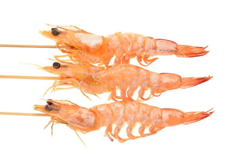 Crevettes roses cuites sur des brochettes images stock