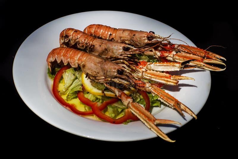Crevettes roses délicieuses avec des légumes image libre de droits
