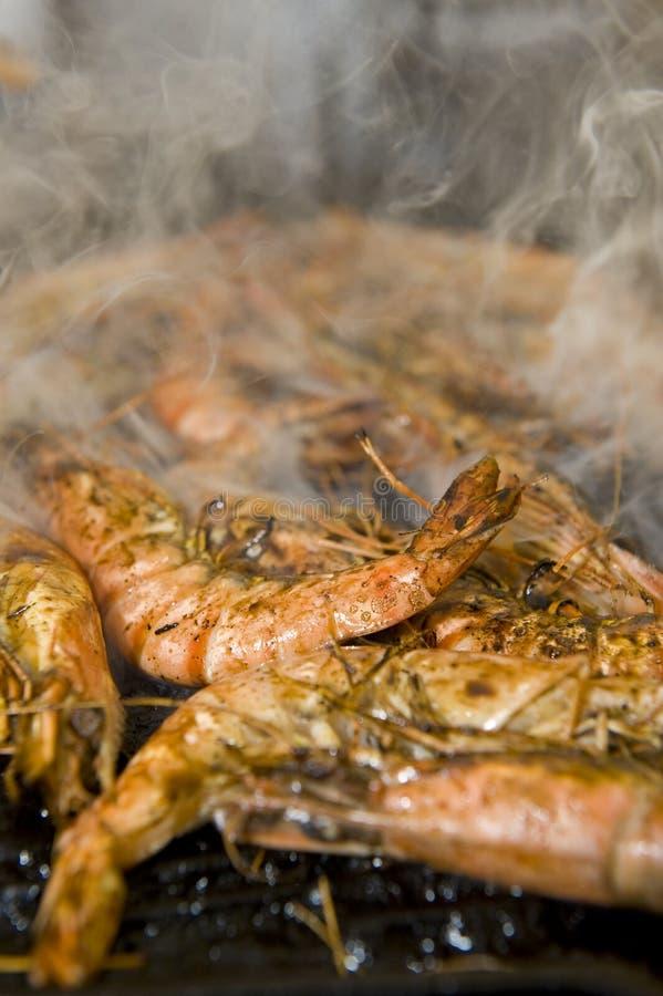 Crevettes roses d'une plaque de barbecue photo libre de droits