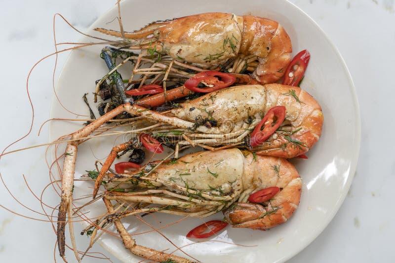 Crevettes roses frites de roi avec l'ail et les herbes, fin, la Tha?lande photo stock