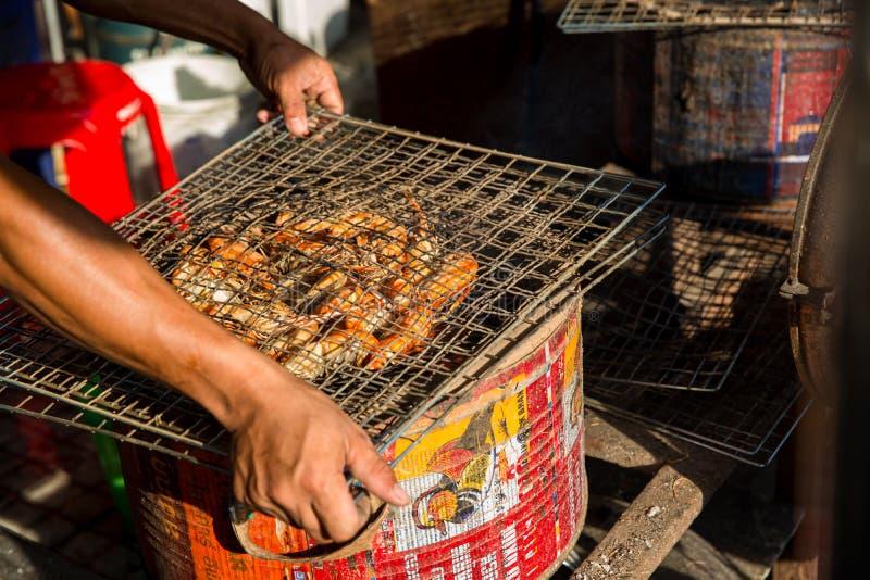 Crevettes roses ou crevette grill?e sur le fourneau de charbon de bois Fruits de mer de BBQ grill?s par crevette sur le fourneau  photographie stock