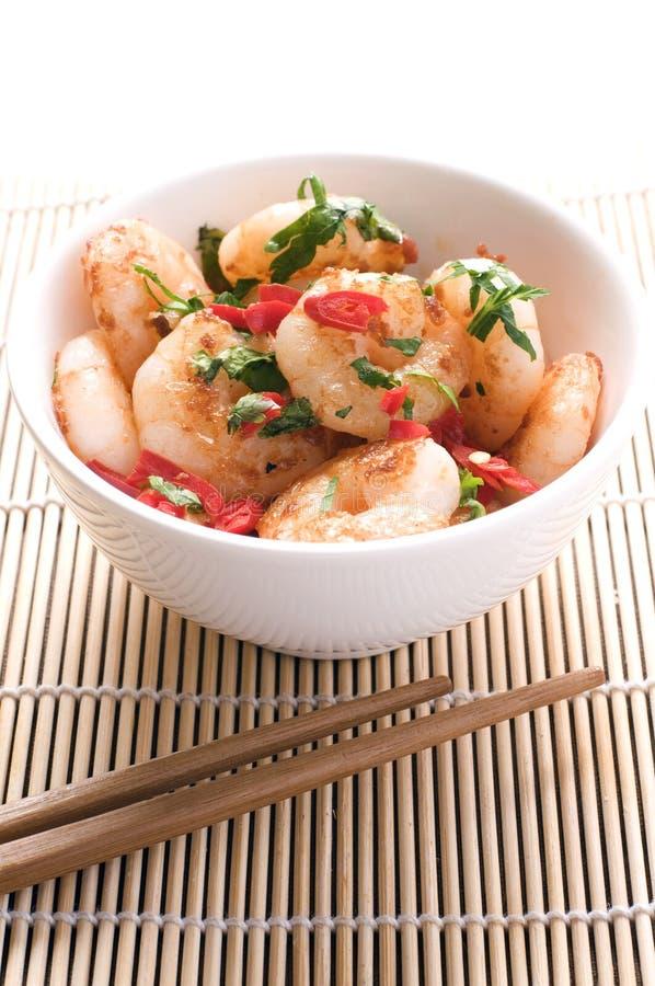 crevettes roses Remuer-frites dans une cuvette photos libres de droits