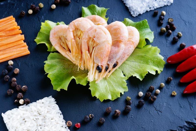 Crevettes, sel, riz et légumes images libres de droits