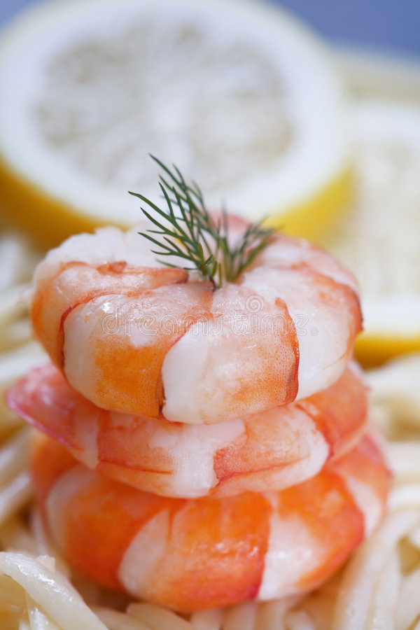 Crevettes sur des pâtes photo stock