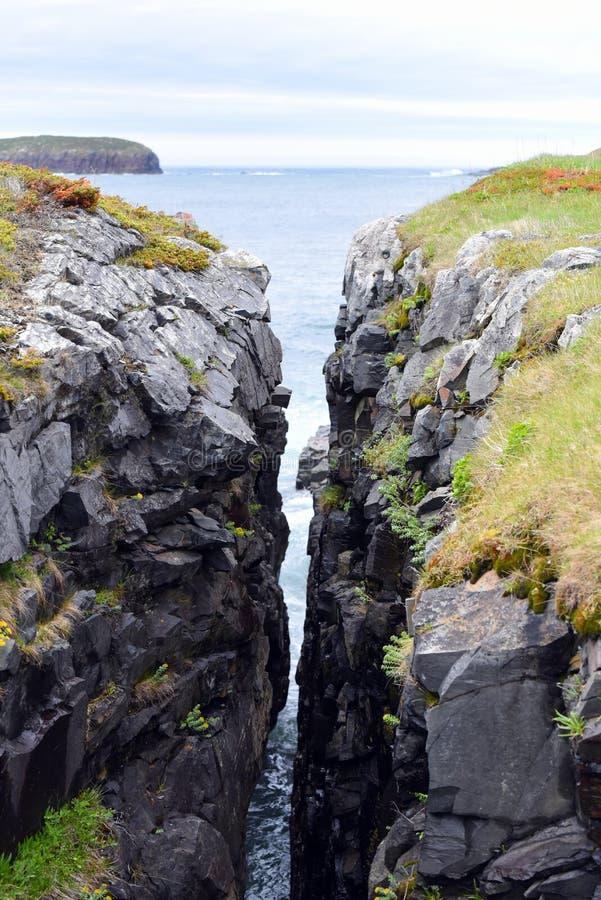 Crevice в утесе около Атлантического океана в Ньюфаундленде стоковые фото