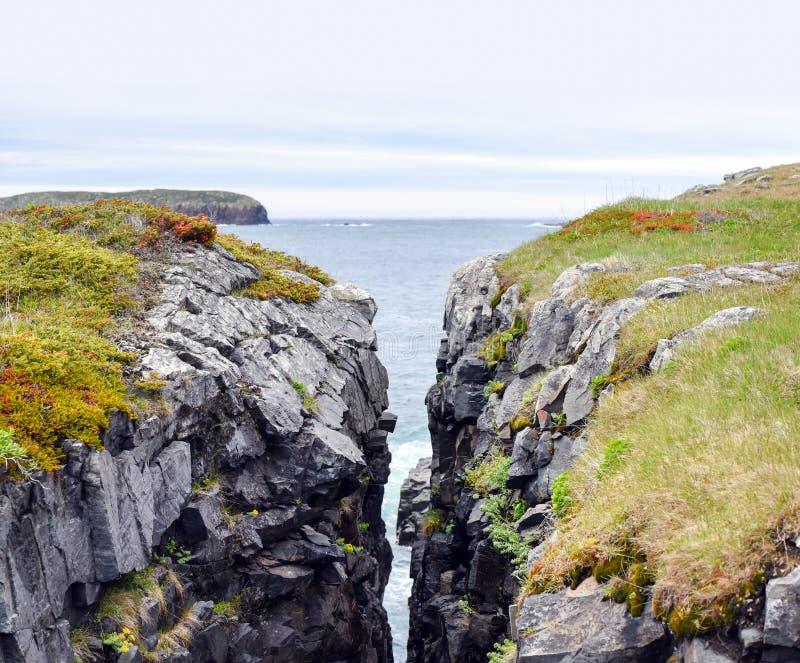 Crevice в утесе около Атлантического океана в Ньюфаундленде стоковые изображения rf