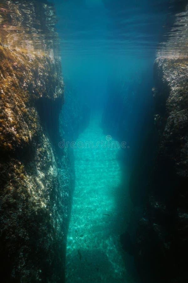 Crevice между Средиземным морем утесов подводным стоковые фотографии rf