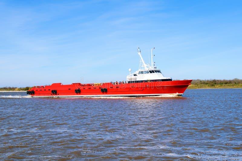 Crewboat a pouca distância do mar fotografia de stock