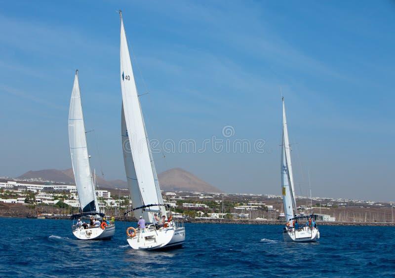 crewed полно вне плавающ 3 яхты стоковые фотографии rf