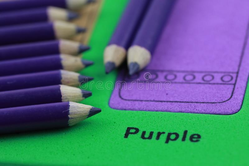 creyón púrpura del lápiz de la fila fotografía de archivo