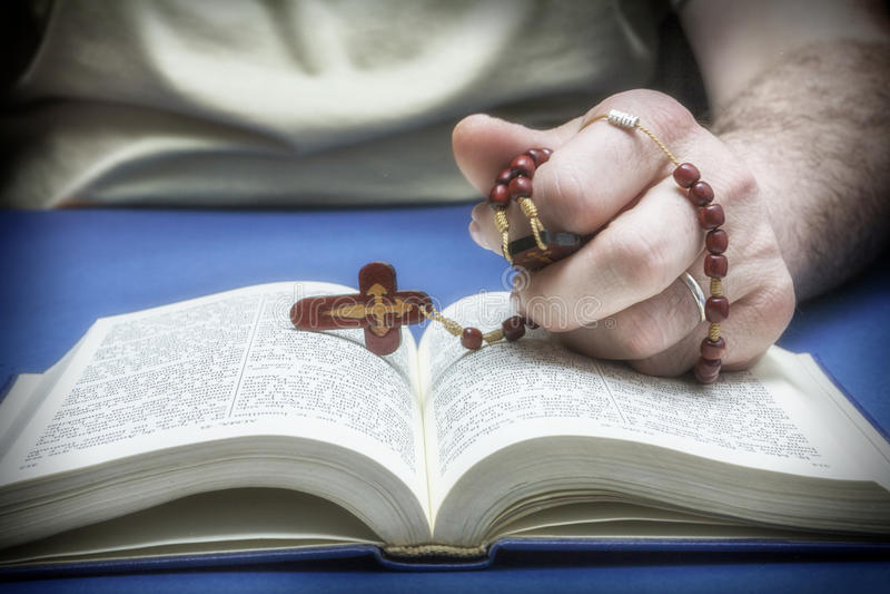 Creyente cristiano que ruega a dios imagen de archivo libre de regalías