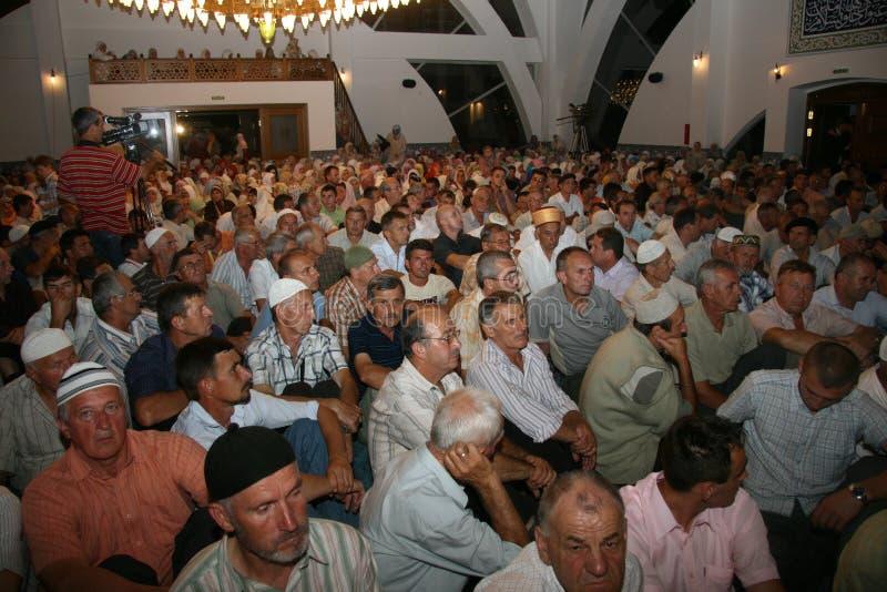 Creyentes del Islam dentro de Vali Recep Yazicioglu Mosque fotografía de archivo libre de regalías