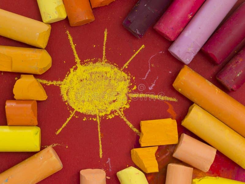 Creyones artísticos coloridos imagenes de archivo