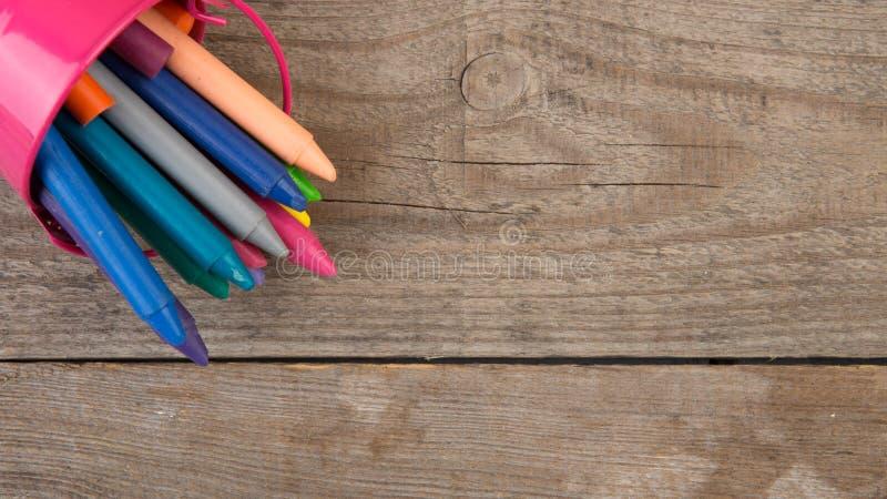 creyones coloreados en la tabla de madera fotografía de archivo