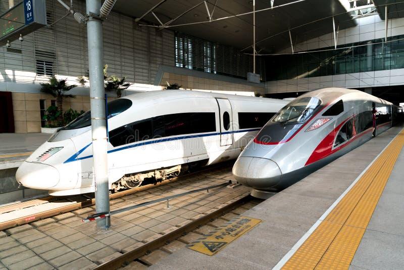 CRH snabba drev på den södra järnvägsstationen för Peking på Beijin royaltyfria bilder