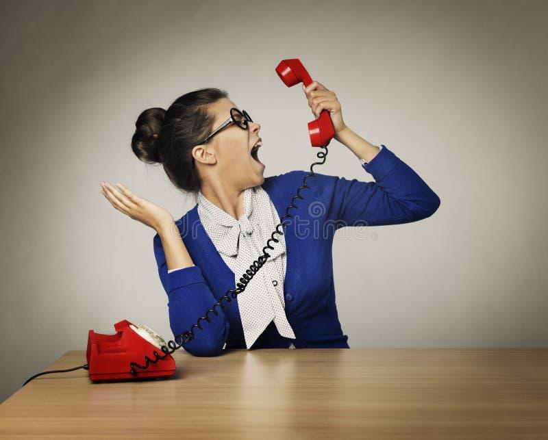 Cri agressif d'appel téléphonique de femme, cri perçant fâché soumis à une contrainte image libre de droits