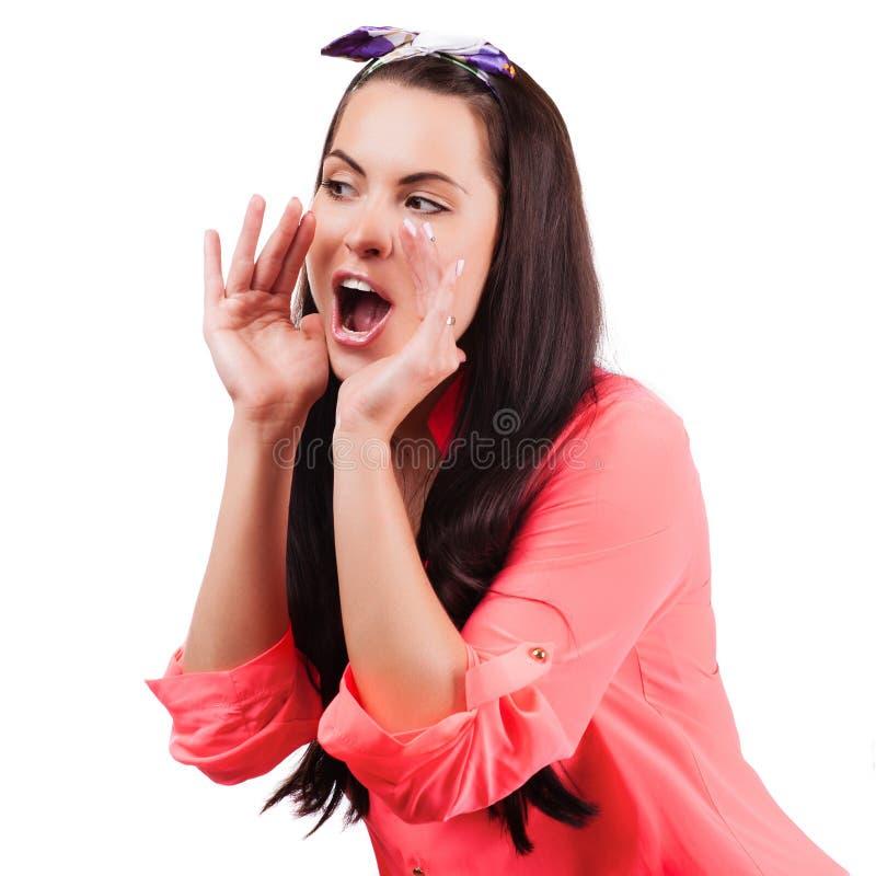 Cri et cri perçant de jeune femme utilisant ses mains comme tube photos stock