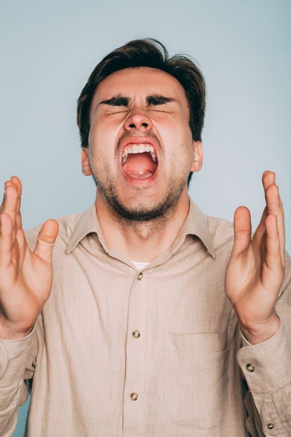 Cri perçant d'homme de stress émotionnel de supplice d'agonie de douleur image stock