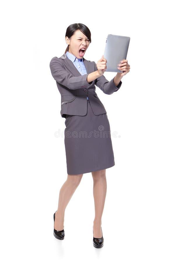 Cri perçant de femme d'affaires pour marquer sur tablette le PC photo libre de droits