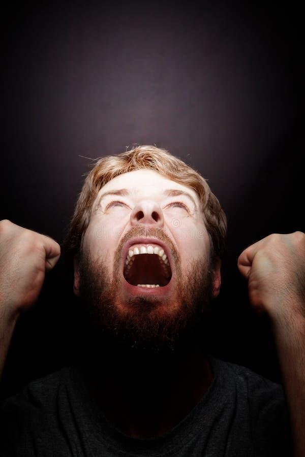 Cri perçant de rébellion - homme fâché de furios photographie stock