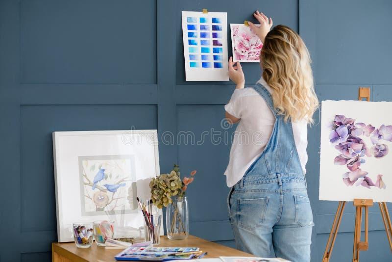Criação da inspiração da pintura da decoração do espaço de trabalho do artista fotografia de stock