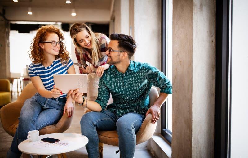 Criação de brainstorming Gente de negócios feliz, designers, arquitetos trabalhando como uma equipe no escritório imagem de stock