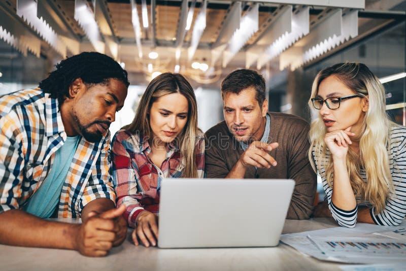 Criação de brainstorming Gente de negócios feliz, designers, arquitetos trabalhando como uma equipe no escritório imagem de stock royalty free