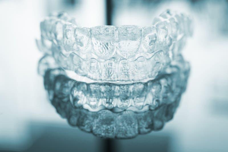 Criados dentales invisibles de los apoyos de los alineadores de los soportes de los dientes fotos de archivo libres de regalías