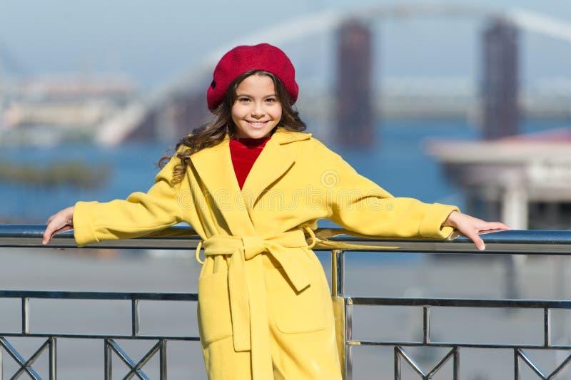Criança à moda na boina e no revestimento parisienses Menina ao ar livre tempo da mola Tendência do outono Menina feliz miúdo imagem de stock