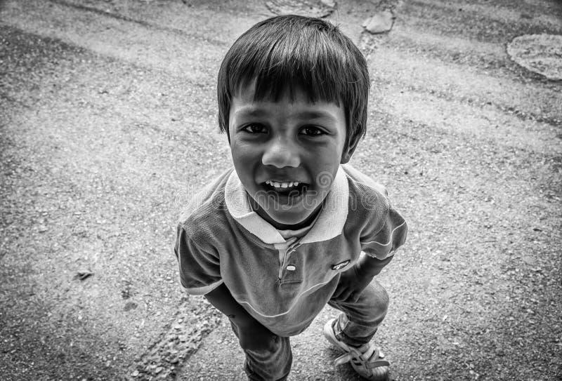 Criança aciganada pequena sutil na rua fotografia de stock