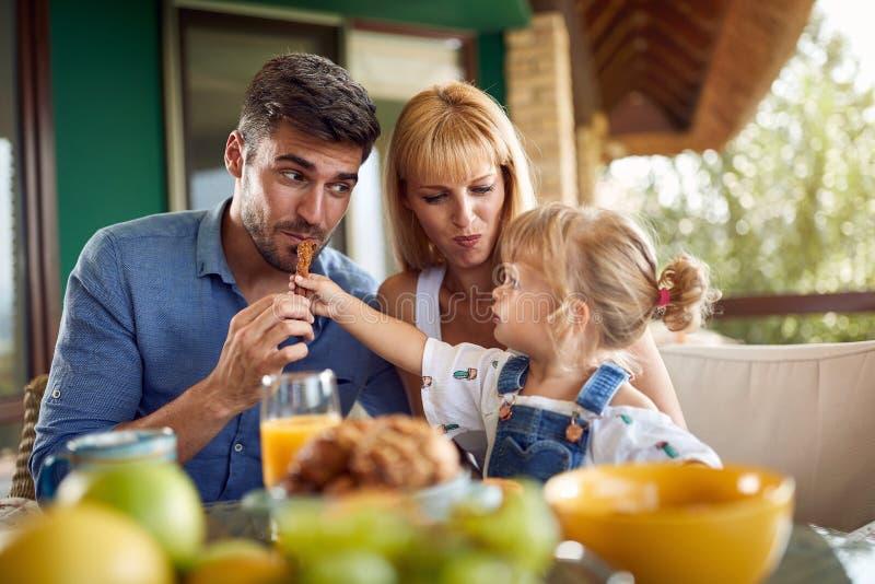 A criança adorável alimenta seu paizinho imagens de stock
