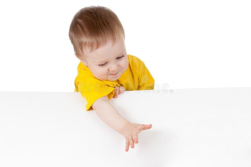 Criança adorável com a bandeira de anúncio em branco fotos de stock royalty free